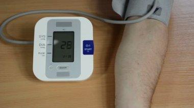 Man hand pressure check — Stock Video