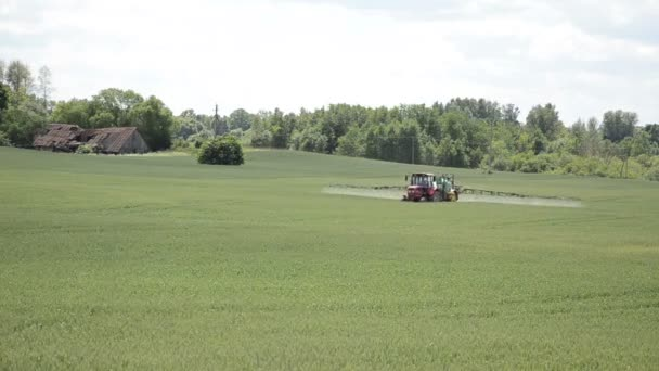 Campo tractor prauing — Vídeo de stock