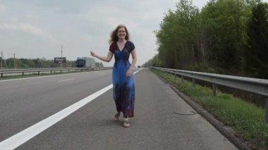 žena úlovek auto dálnice — Stock video