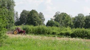 Tractor harrow ground — Stock Video