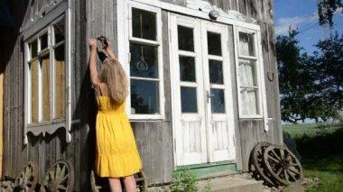 Woman hammer horse shoe — Стоковое видео