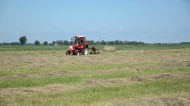 Tractor ted hay field — Stockvideo