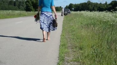 Barefoot woman road — Stock Video