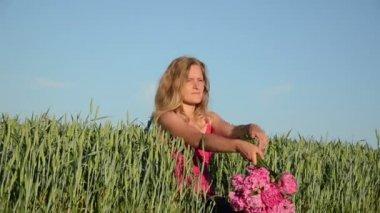 Woman lies corn field — Stock Video