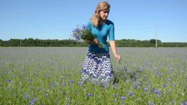 Lady pick flowers field — Stock Video