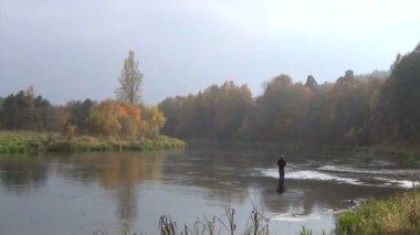River fisherman wide — Stock Video
