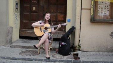 Honest woman play guitar — Stock Video