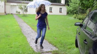 Girl umbrella sit car — Stock Video