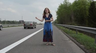 Woman catch car highway — Video Stock