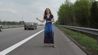 Woman catch car highway — Vídeo de stock