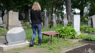 Woman depressed cemetery — Stock Video
