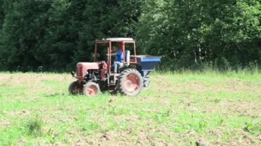 Tractor seed sow field — Stock Video