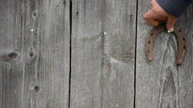 Ржавые лошади обуви повесить — Стоковое видео