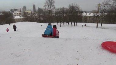 Sledge children hill snow — Stock Video