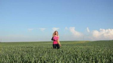 Woman corn field day — Stock Video