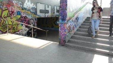 Adolescente escaleras metro — Vídeo de Stock