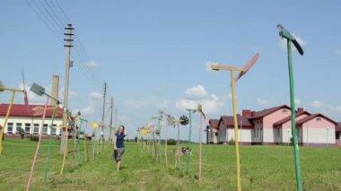 Woman windmill avenue — Stock Video