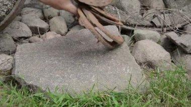 Pierre de sabot de cheval à la main — Vidéo