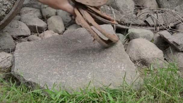 Mano de piedra de herradura — Vídeo de stock