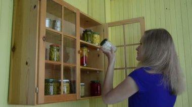 Woman preserve marrow — Stock Video