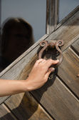 Hand knock retro rusty door handle ringer knocker  — Zdjęcie stockowe