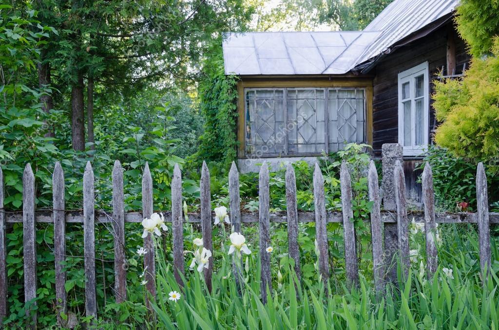 Maison de campagne ancienne avec porche et cloture en bois rustique photographie sauletas - Cloture de jardin rustique ...