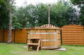 Eau en milieu rural en bois hot tub en yard jardin escalier — Photo