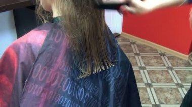 Barber cut hair client — Stock Video
