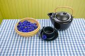 Juego de té frescas aromáticas aciano curativo en mesa — Foto de Stock