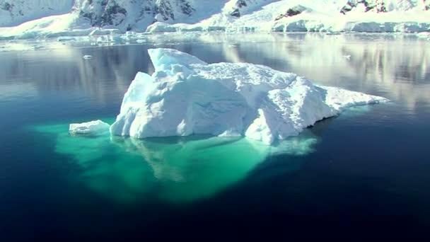 Iceberg en paysage antarctique — Vidéo