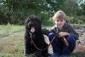 Menino com o seu cão — Fotografia Stock