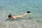 молодая девушка, дайвинг в море — Стоковое фото