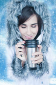 Woman drinking hot coffee or tea outdoors in winter. — Stockfoto