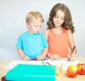 мальчик и девочка, рисование с красочный карандаши. — Стоковое фото