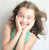 Porträtt av upprymd litte girl. — Stockfoto
