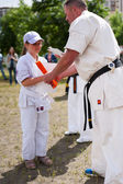 Handing orange belt — Stockfoto