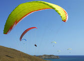 Few paragliders soar over the sea shore — Stock Photo