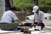 Uomini coreani giocando il gioco da tavolo. — Foto Stock