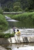 Dzieci w strumieniu — Zdjęcie stockowe