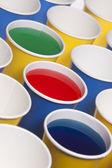 жидкости заполнены чашки. — Стоковое фото