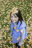 Meisje heeft bladeren op haar hoofd. — Stockfoto