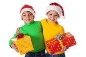 Uśmiechnięte dzieci w santa kapelusze z pudełka — Zdjęcie stockowe