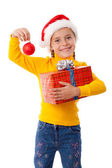 Menina sorridente no chapéu de papai noel com caixa vermelha — Foto Stock