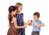 Twee meisjes en een jongen met ijs — Stockfoto