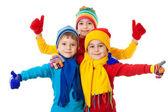Groupe d'enfants en habits d'hiver et signe ok — Photo
