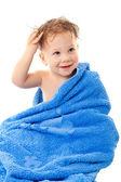 Sourire de petit garçon en serviette — Photo