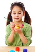 启发的女孩油漆的复活节彩蛋 — 图库照片