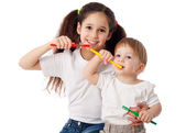 Girl teaches boy brushing teeth — Stock Photo