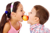 Two kids sharing the apple — Stock Photo