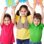 drei Kinder mit Buchstaben — Stockfoto